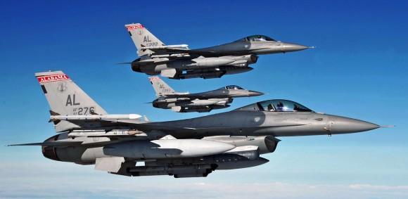 F-16 em formatura - foto 2 via Code One Magazine