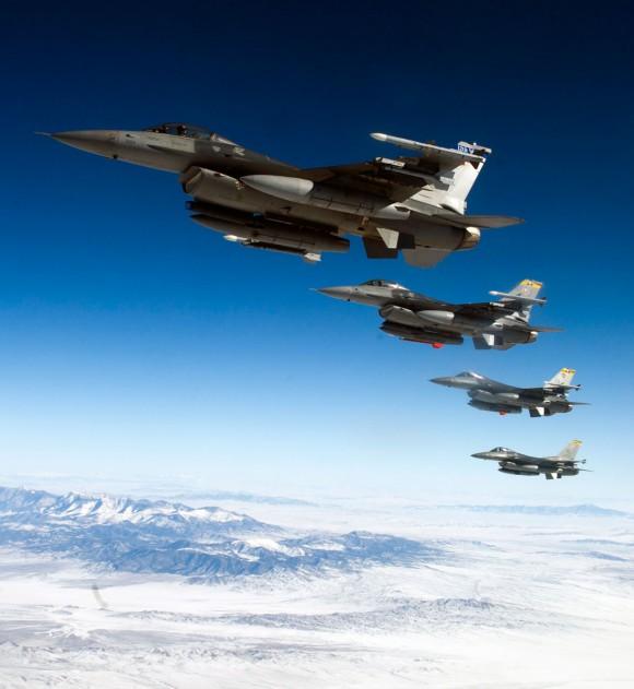 F-16 em formatura - foto via Code One Magazine