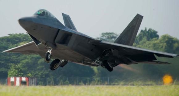 F-22 Raptor decola em 10 de junho no exercício Cope Taufan 14 na Malásia - foto USAF