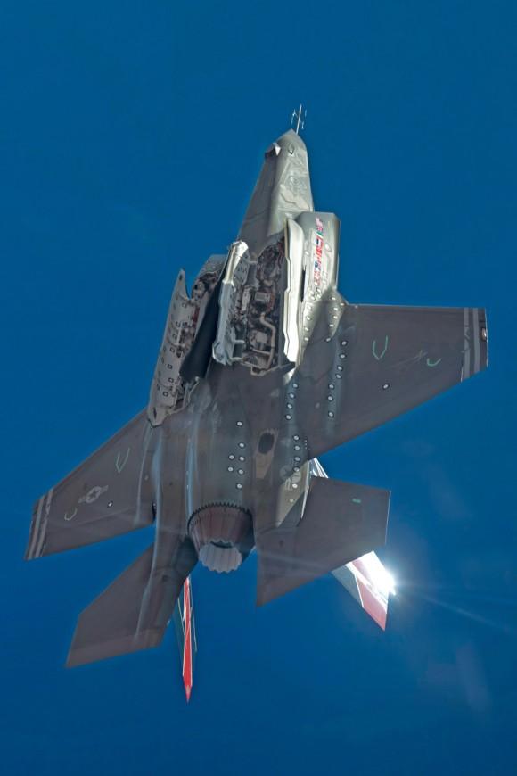 F-35A com baias de armamentos abertas - foto via  Lockheed Martin
