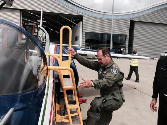 comandante da FACh voa MB-355 em Farnborough - foto FACh