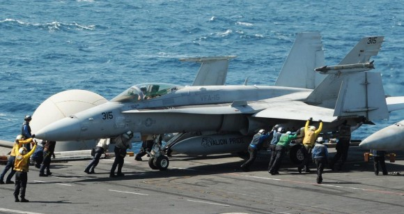 F-18 Hornet do VFA 15 USS George HW Bush - CVN 77 - foto divulgada em 8-8-14 pela USN