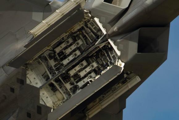 F-22 Raptor - baias de armamentos abertas - detalhe foto USAF