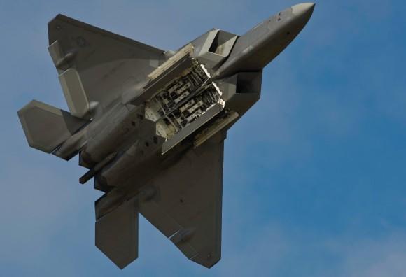 F-22 Raptor - baias de armamentos abertas - foto USAF