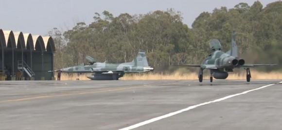Operação Sabre - exercício de combate BVR - caças F-5EM taxiando - cena 2 vídeo FAB
