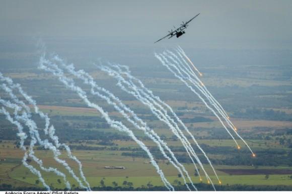 Transportex - C-105 Amazonas lança flares - foto 2 FAB