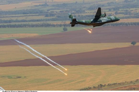 Transportex - C-105 Amazonas lança flares - foto FAB