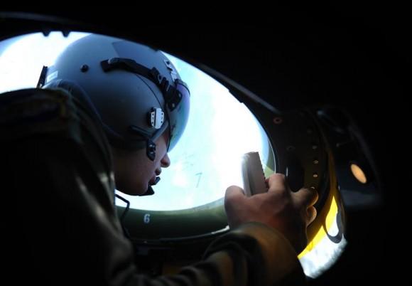 tripulante em bolha de C-130J - foto USAF