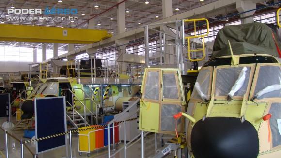 EC 725 em montagem em Itajubá na inauguração hangar montagem Helibras - foto Nunão - Poder Aéreo