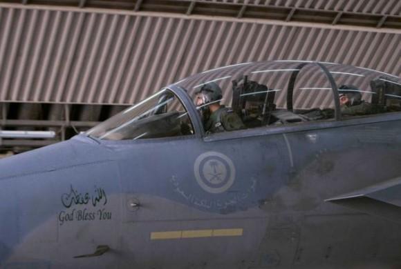 F-15 saudita - parte dos ataques ao EI na Síria - foto AP - Saudi Press Agency via SF Gate