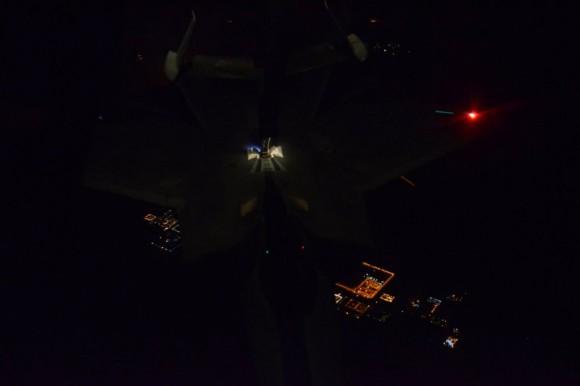 F-22 reabastece em voo na ida ao ataque ao EI na Síria - foto 2 USAF via Daily Beast