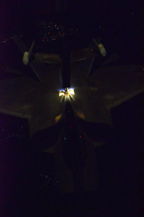 F-22 reabastece em voo na ida ao ataque ao EI na Síria - foto USAF via Daily Beast