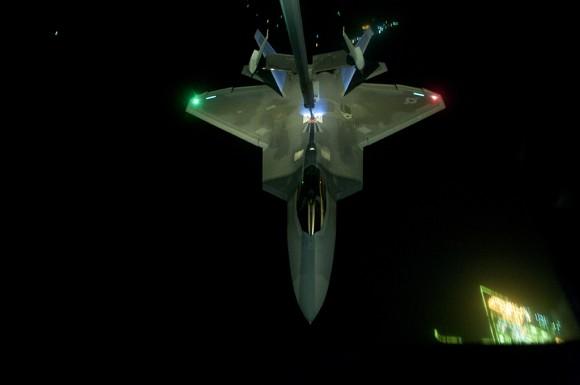F-22 reabastece em voo na ida de missão de 26set - foto 2 USAF via The Avionist