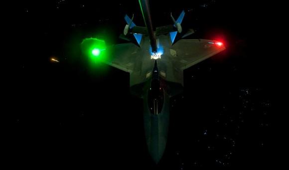 F-22 reabastece em voo na ida de missão de 26set - foto 3 USAF via The Avionist
