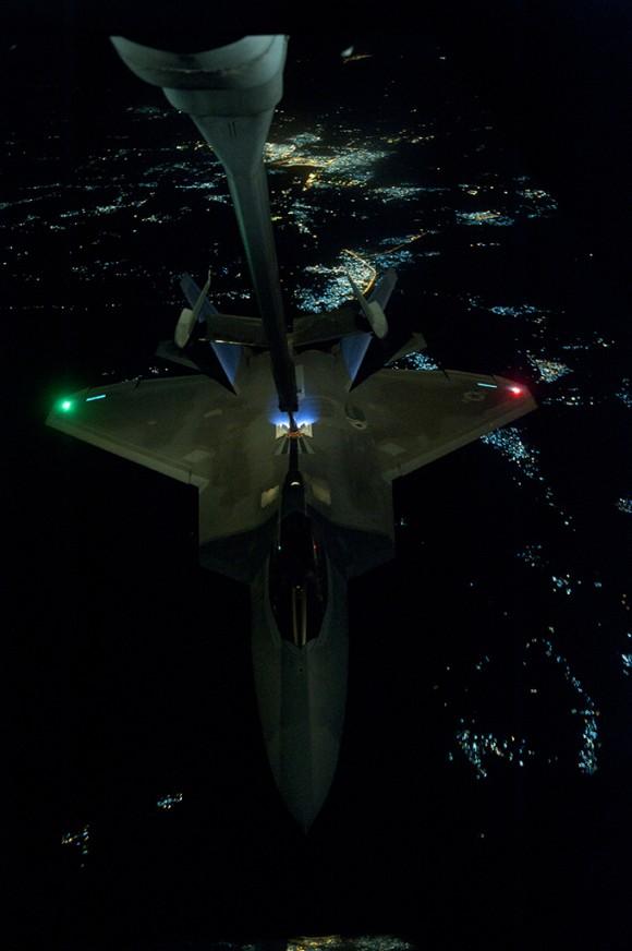 F-22 reabastece em voo na ida de missão de 26set - foto USAF via The Avionist