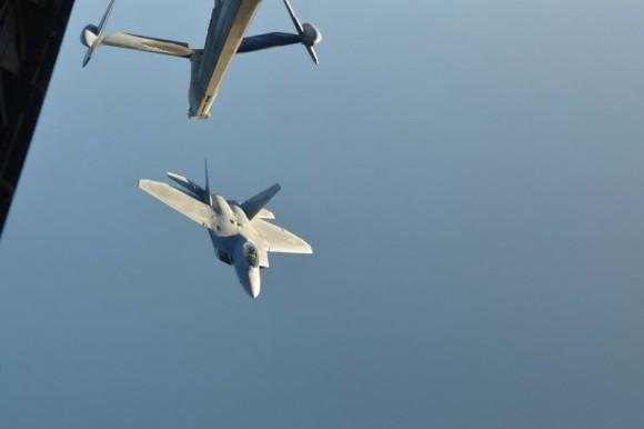 F-22 reabastece em voo na volta do ataque ao EI na Síria - foto 2 USAF via Daily Beast