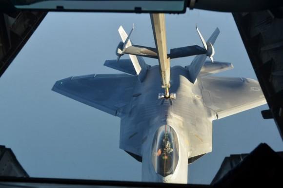 F-22 reabastece em voo na volta do ataque ao EI na Síria - foto 3 USAF via Daily Beast