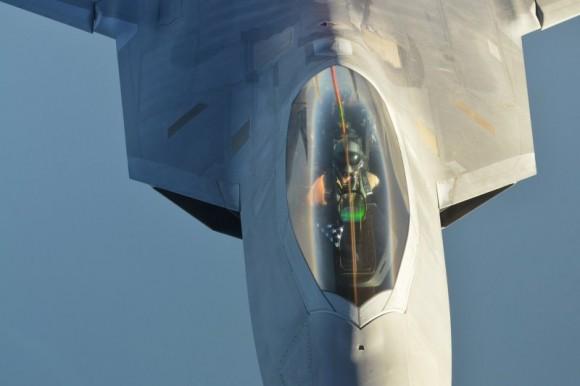 F-22 reabastece em voo na volta do ataque ao EI na Síria - foto 4 USAF via Daily Beast