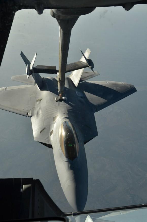 F-22 reabastece em voo na volta do ataque ao EI na Síria - foto USAF via Daily Beast