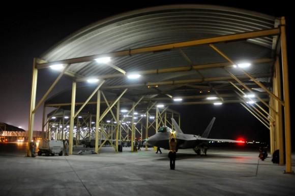 F-22 taxia antes de decolar para o ataque ao EI na Síria - foto 2 USAF via Daily Beast