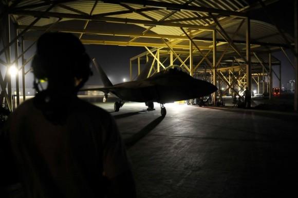 F-22 taxia antes de decolar para o ataque ao EI na Síria - foto 3 USAF via Daily Beast