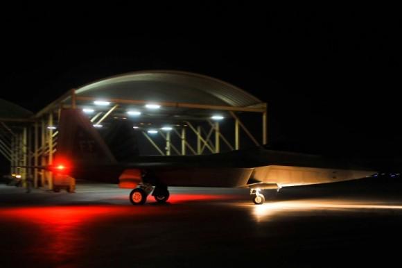 F-22 taxia antes de decolar para o ataque ao EI na Síria - foto 4 USAF via Daily Beast