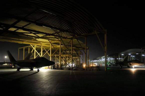F-22 taxia antes de decolar para o ataque ao EI na Síria - foto USAF via Daily Beast