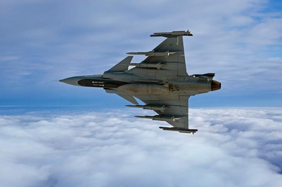 Gripen NG com seis mísseis e tanque central - foto Saab