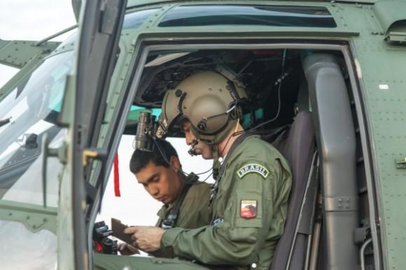 H-36 Caracal - tripulação - missão noturna inédita - foto FAB
