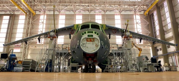 KC-390 em construção já com asas - foto Embraer