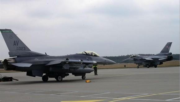caças F-16 da USAF e da Força Aérea Polonesa - foto USAF