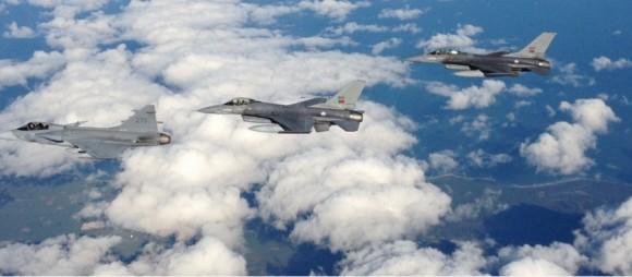 BRTE-19 - Gripen sueco e F-16 de Portugal sobre o Báltico - foto Forças Armadas da Suécia