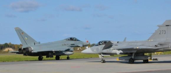 BRTE-19 - Gripen sueco e Typhoon alemão na Estônia - foto Forças Armadas da Suécia
