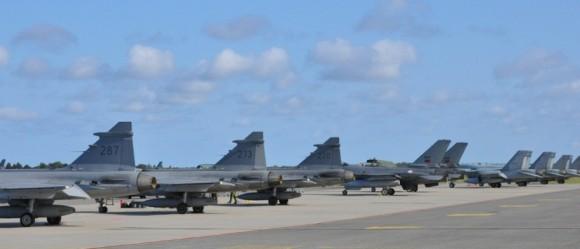 BRTE-19 - linha de voo com Gripen F-16 e F-18 - foto Forças Armadas da Suécia