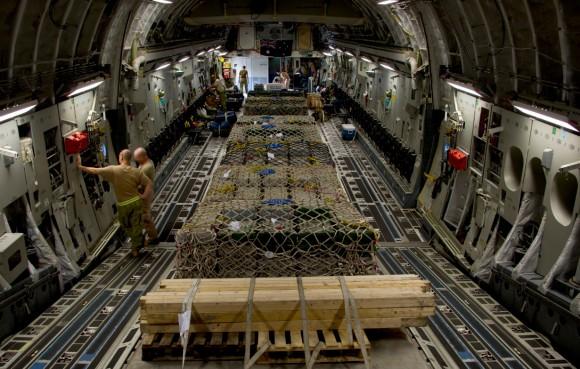 C-17A da RAAF transporta armas para o Iraque em set2014 - compart carga - foto MD Australia