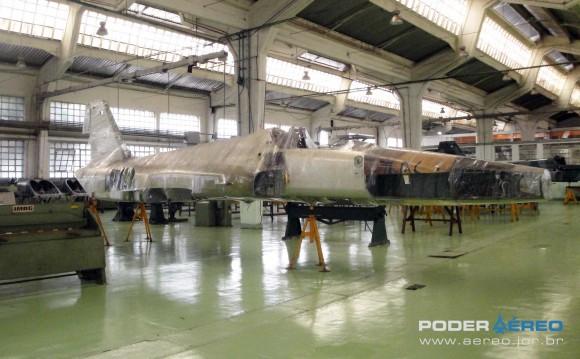 Domingo Aéreo PAMA-SP 2014 - caça F-5E ex-Jordânia no Hangar 3 com F-5EM ao fundo - foto Nunão - Poder Aéreo