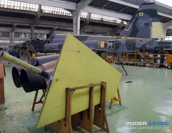 Domingo Aéreo PAMA-SP 2014 - revisão caça F-5EM 4858 no Hangar 3 - foto 2 Nunão - Poder Aéreo