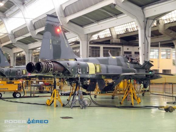 Domingo Aéreo PAMA-SP 2014 - revisão caça F-5EM 4859 no Hangar 3 - teste trem de pouso - foto 2 Nunão - Poder Aéreo