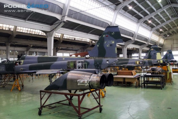 Domingo Aéreo PAMA-SP 2014 - revisões caças F-5M no Hangar 3 - foto 2 Nunão - Poder Aéreo