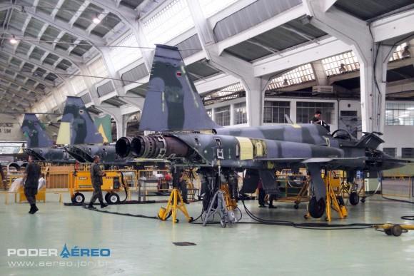Domingo Aéreo PAMA-SP 2014 - revisões caças F-5M no Hangar 3 - foto Nunão - Poder Aéreo