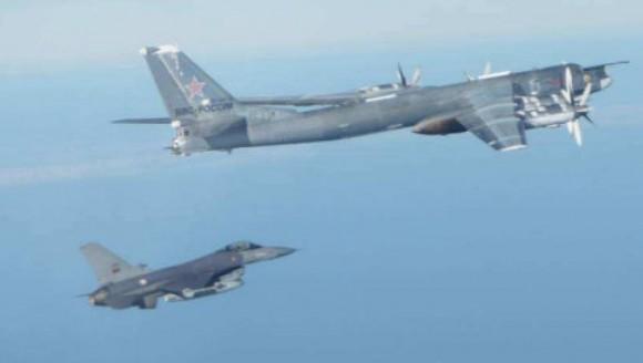 F-16 português intercepta Tu-95 russo - foto Força Aérea Portuguesa