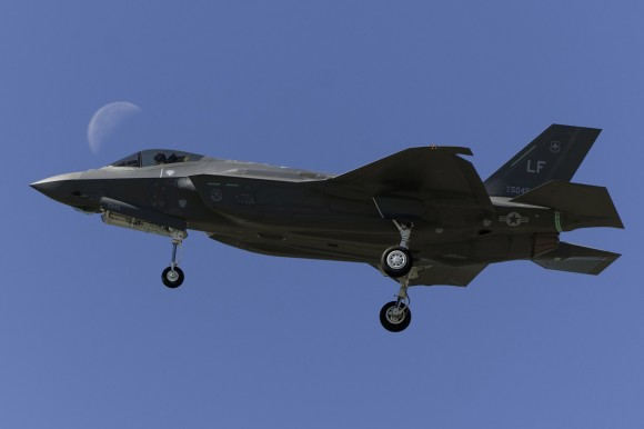 F-35 e lua - foto via Code One Magazine