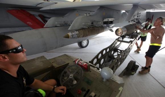 Missão Super Hornets da RAAF em 5-10-2014 - armando aeronaves - foto 2 Min Def Australia