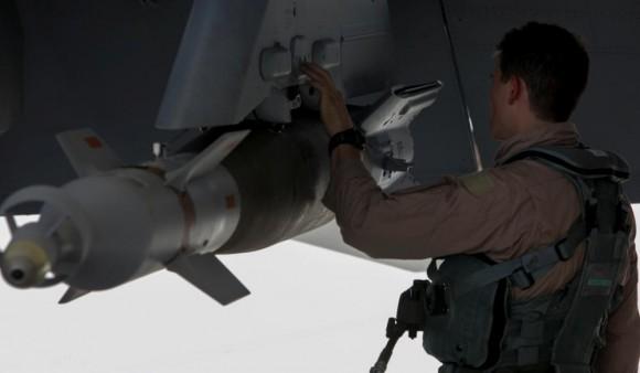 Missão Super Hornets da RAAF em 5-10-2014 - cheque pré-voo - foto Min Def Australia