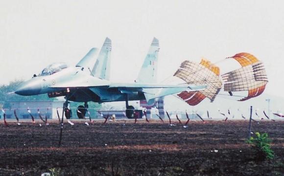 Su-30MKI com paraquedas de parada acionado - foto Força Aérea Indiana