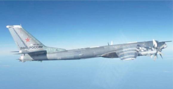 Tu-95 russo interceptado por F-16 português - foto Força Aérea Portuguesa