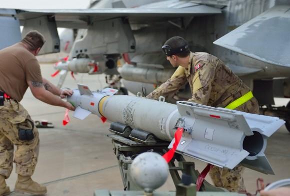 CF-188 Hornet é armado para missão de 30 de outubro de 2014 na coalizão contra o EI - foto MD Canadá
