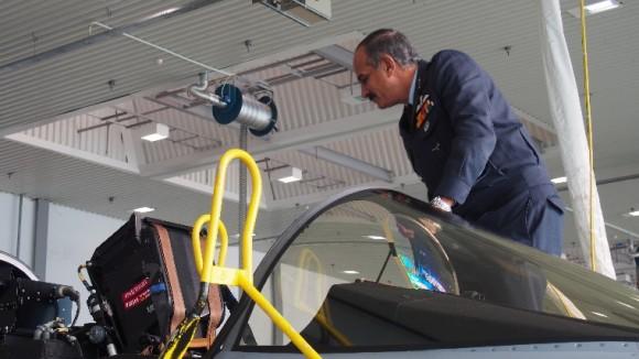 Delegação indiana visita base aérea tcheca de Caslav onde opera Gripen - foto 2 AFB Caslav