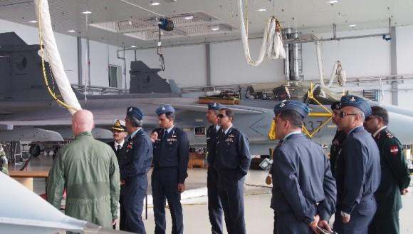 Delegação indiana visita base aérea tcheca de Caslav onde opera Gripen - foto AFB Caslav