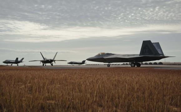 F-22 e F-35 em missão integrada de treinamento - destaque foto USAF